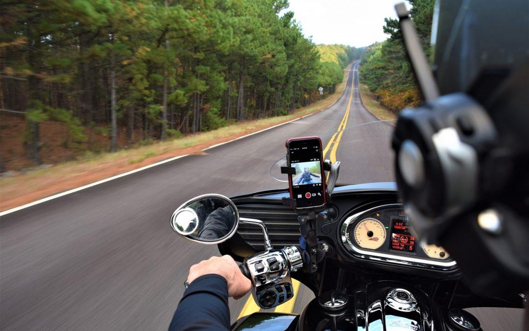 Cum pot profita motociclistii de performantele unui telefon inteligent?